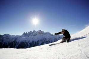 Sciatore sulle piste delle Dolomiti