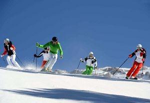 Sciatori sulle piste in Val di Fiemme