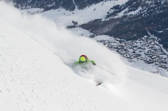 Sciatore sulle piste da sci di Livigno