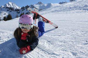Bambino sulle piste da sci di Pila