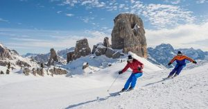 Sciatori sulle piste di Cortina d'Ampezzo