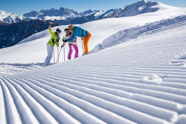 Famiglia sulla neve in Val di Fiemme