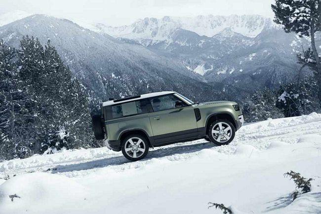 Nuovo fuoristrada Land Rover Defender sulla neve