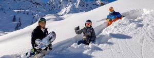 Famiglia sulla neve nella stazione sciistica di Aprica