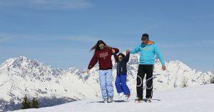 Famiglia durante una vacanza sulla neve
